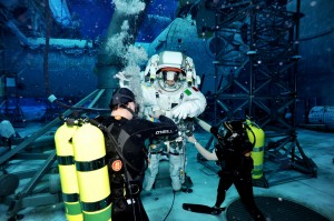 Divers performing initial weighout at the beginning of the run (Photo: NASA)