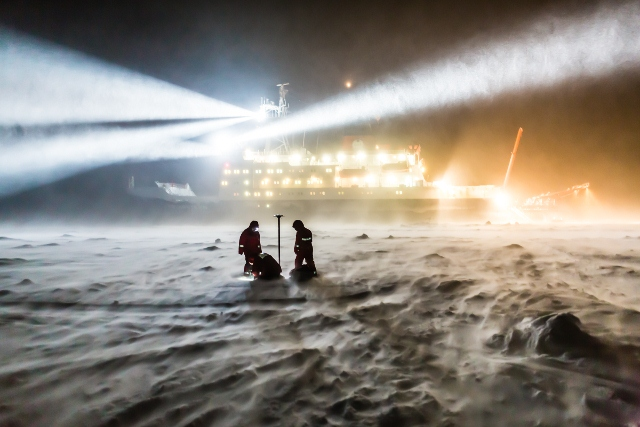 Working in the polar night and in a storm (Stefan Hendricks, Alfred Wegner Institute)