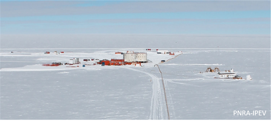 View of the Concordia base from the American Tower. (PNRA-IPEV)
