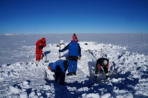 Building the igloo. Credits: IPEV/PNRA-Chrisophe