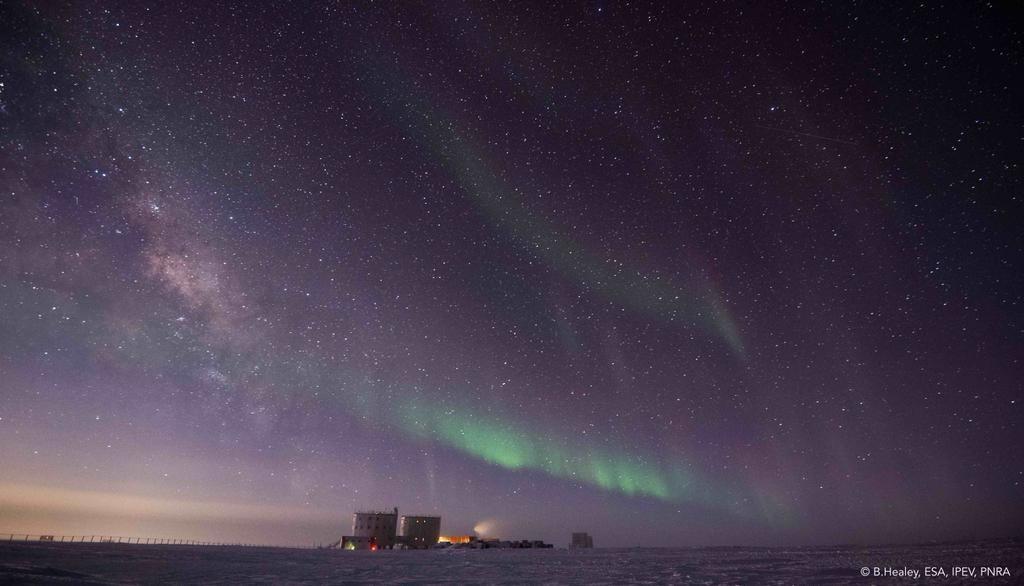 Concordia under aurora. Credits: ESA/IPEV/PNRA