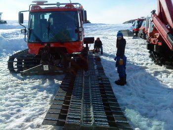 Refitting a caterpillar track. Credits: ESA/IPEV/PNRA–B. Healey