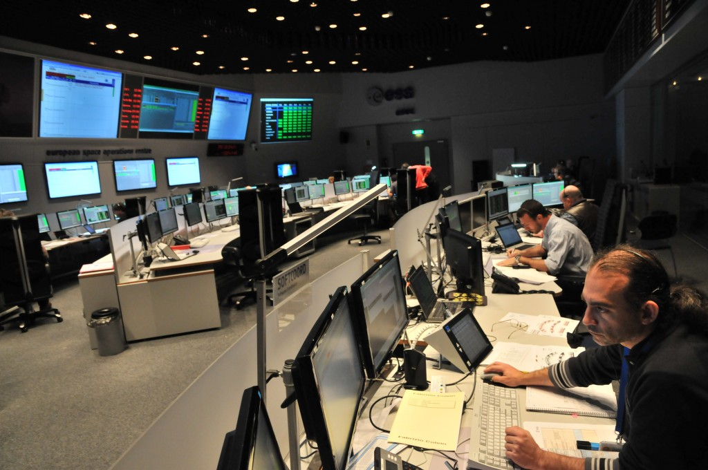 Members of the Swarm mission control team working today at ESOC in an intensive simulation for the launch and early orbit phase. Teams are supporting the mission controllers from flight dynamics, Estrack and software, and the 'sim' is being overseen by the training team. Credit: ESA