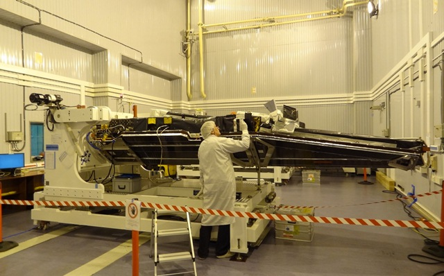Preparing the Swarm FM-2 for fuelling in the cleanroom. (ESA/K. Bouridah)