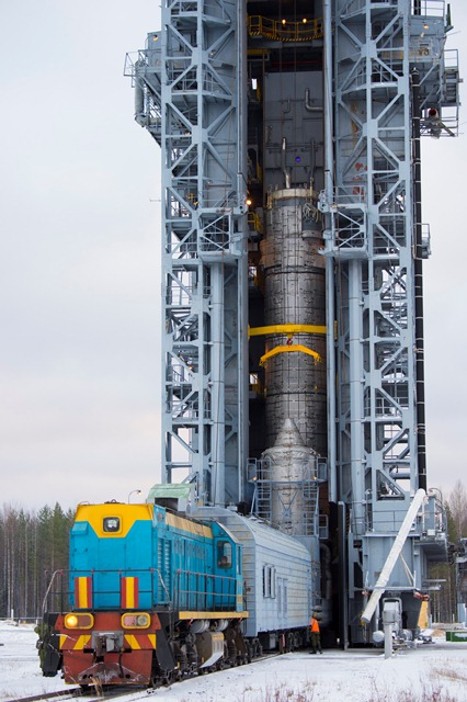 Swarm upper composite being rolled out to the launch tower. (ESA–S. Corvaja)