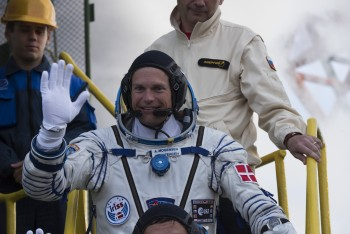 Andreas waving goodbye before getting into spacecraft. Credits: ESA