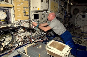 André works with one of the experiment racks in the Kibo laboratory (Credit: ESA/NASA)