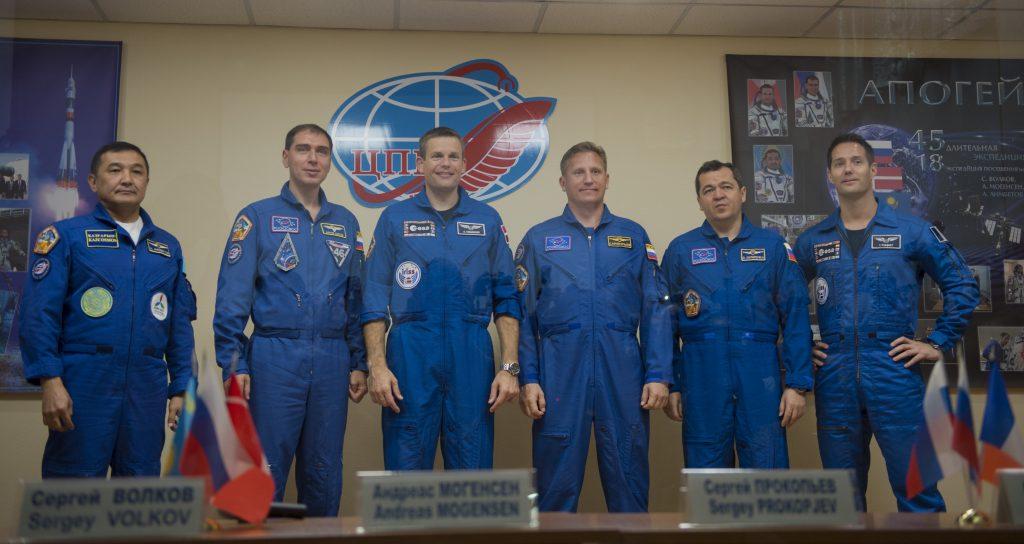 Les membres de l'équipage principal et leurs doublures pendant une conférence de presse. De gauche à droite : Aidyn Aimbetov, Sergei Volkov, l'astronaute danois de l'ESA Andreas Mogensen (équipage principal), Serguei Prokopyev, Oleg Skripochkan et Thomas Pesquet (équipage de secours). Photo : ESA – S. Corvaja