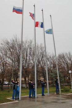 Raising the flags. Credits: Roscosmos