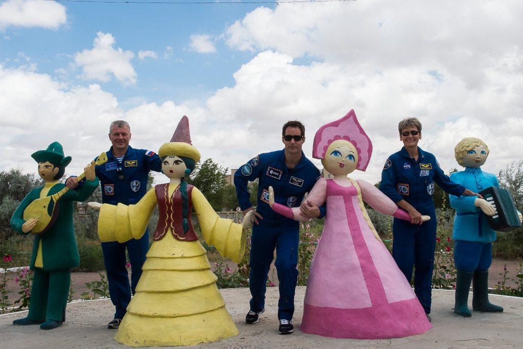 Le jour du décollage, notre groupe de français prend la pose au même endroit que Peggy, Oleg et Thomas en juin dernier.