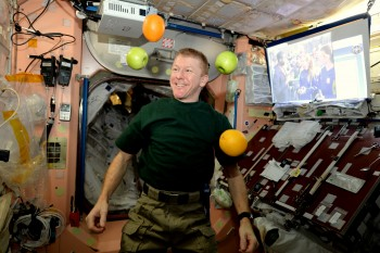 Everybody can juggle in space. Credits: ESA/NASA